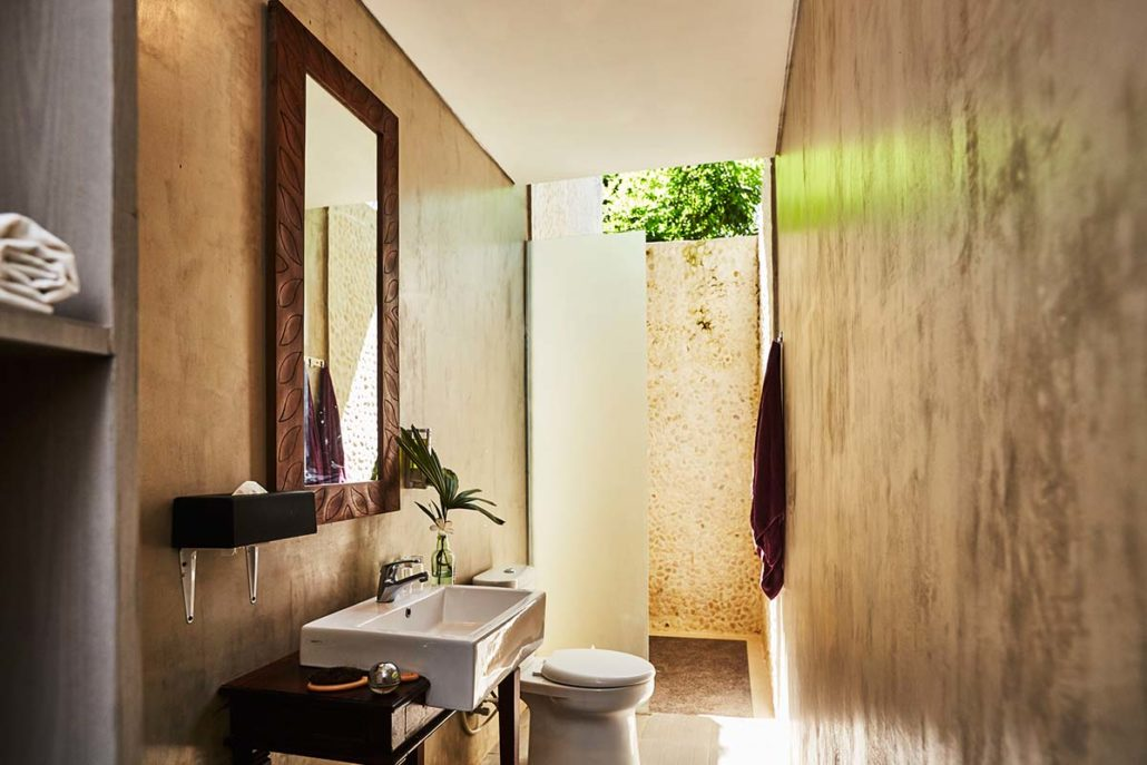 Kamafari Surfcamp Bali | Deluxe room bathroom