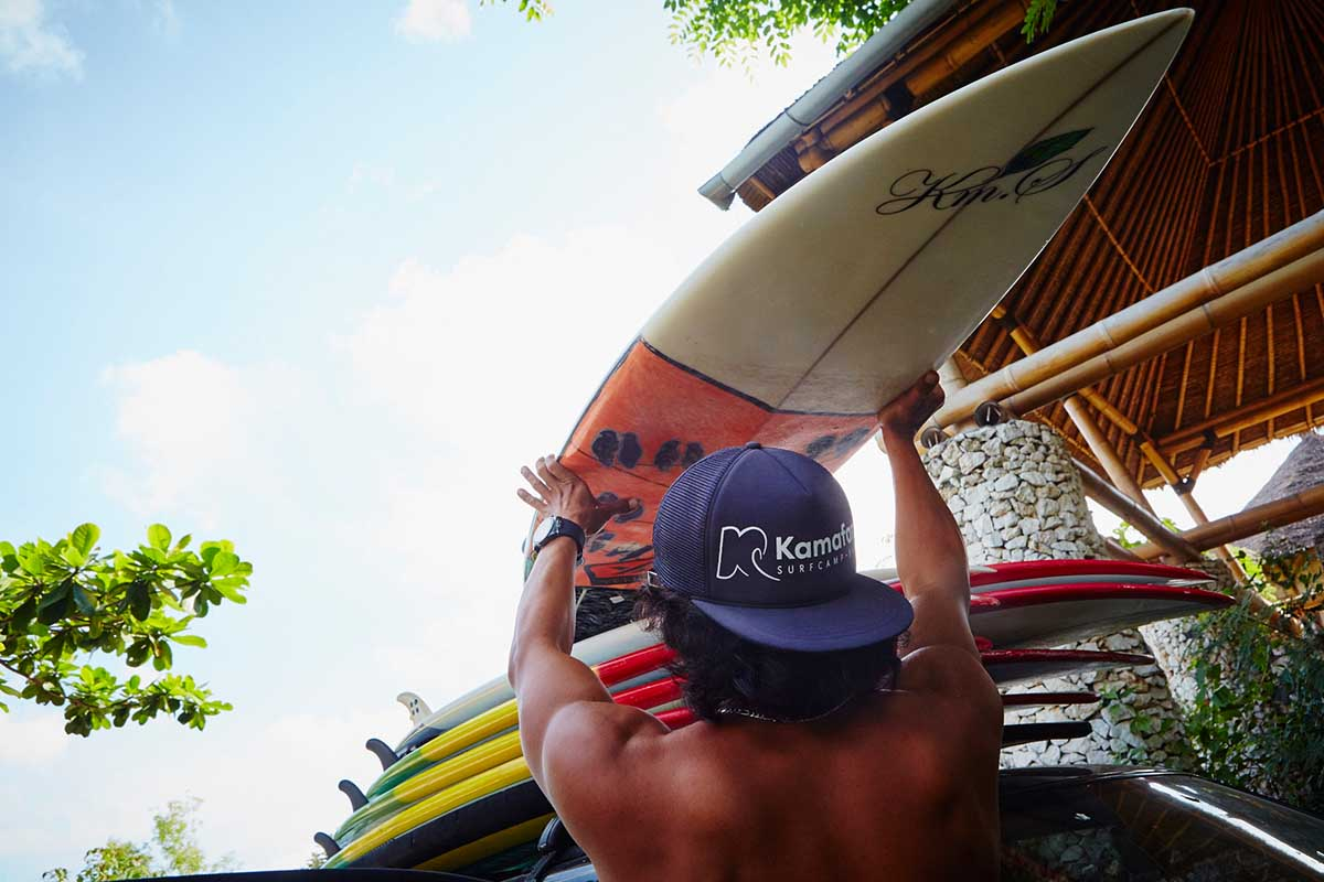 Kamafari Surfcamp Bali | Loading the boards